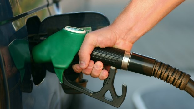 原油價格暴跌,機車油箱加滿不用100元...油價到底是誰決定?