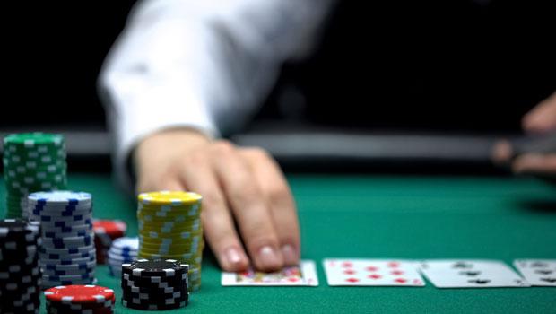 經過長年撲克訓練,他看清股市幻術:決策對了,波動沒關係、結果沒關係