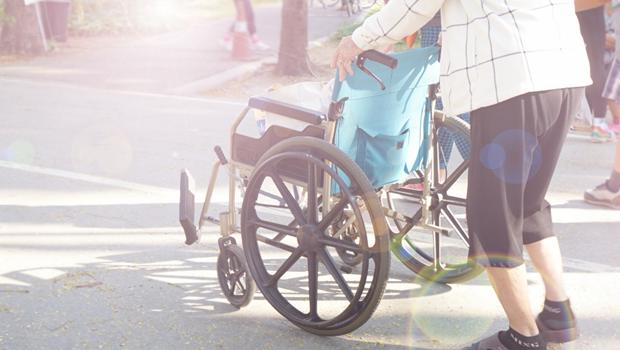 年長者跌倒每次住院要花9萬~13萬元,高齡長者保意外險,不會被拒保!